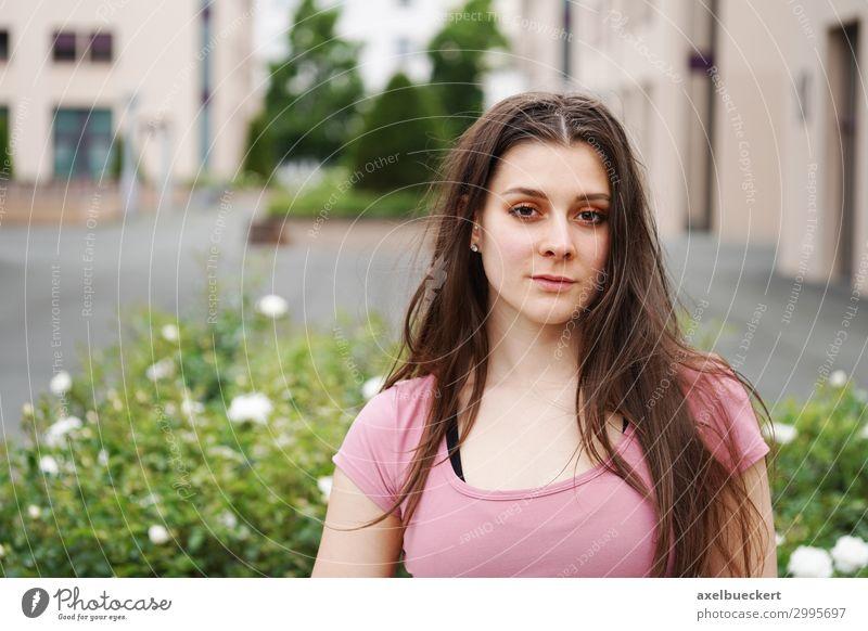 junge Frau vor urbanem Hintergrund mit Textfreiraum Lifestyle Freizeit & Hobby Sommer Mensch feminin Junge Frau Jugendliche Erwachsene 1 18-30 Jahre Sträucher
