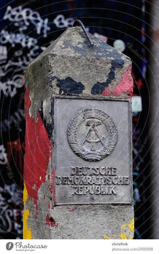 DDR Grenzpfosten aus Beton mit Schild alt Wand Kunst Deutschland Mauer Tod Angst historisch Vergangenheit Denkmal Verfall Grenze Gesellschaft (Soziologie)