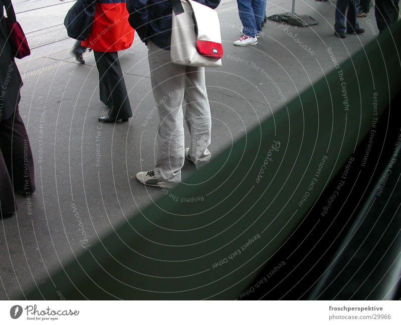 strassenbahn Mensch Fuß Beine warten Verkehr Station Straßenbahn Öffentlicher Personennahverkehr