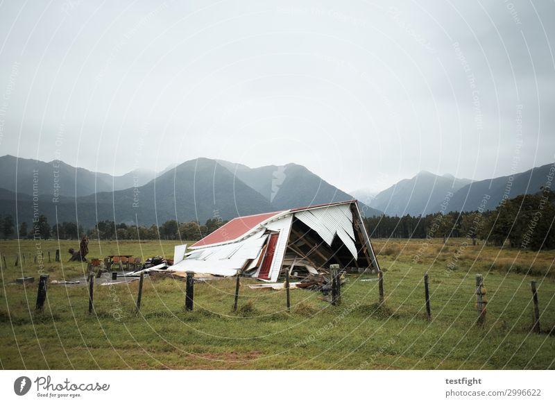 haus Umwelt Natur Landschaft Erde Himmel Gewitterwolken schlechtes Wetter Unwetter Sturm Haus Einfamilienhaus Hütte Gebäude Architektur Aggression alt