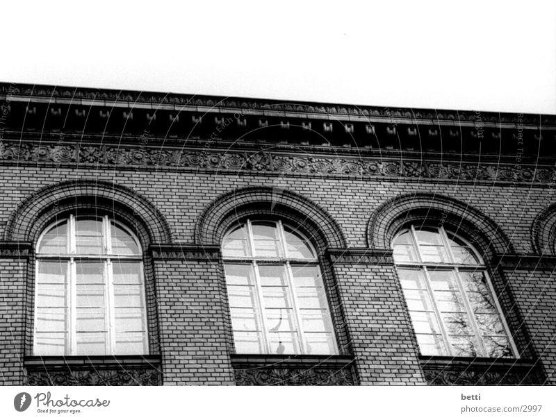 drei fenster Fenster Mauer Aussicht Backstein historisch Bogen Leitersprosse