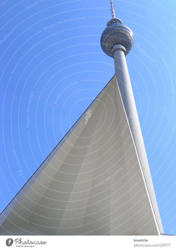 Berliner Fernsehturm mal anders Alexanderplatz Architektur modern Perspektive
