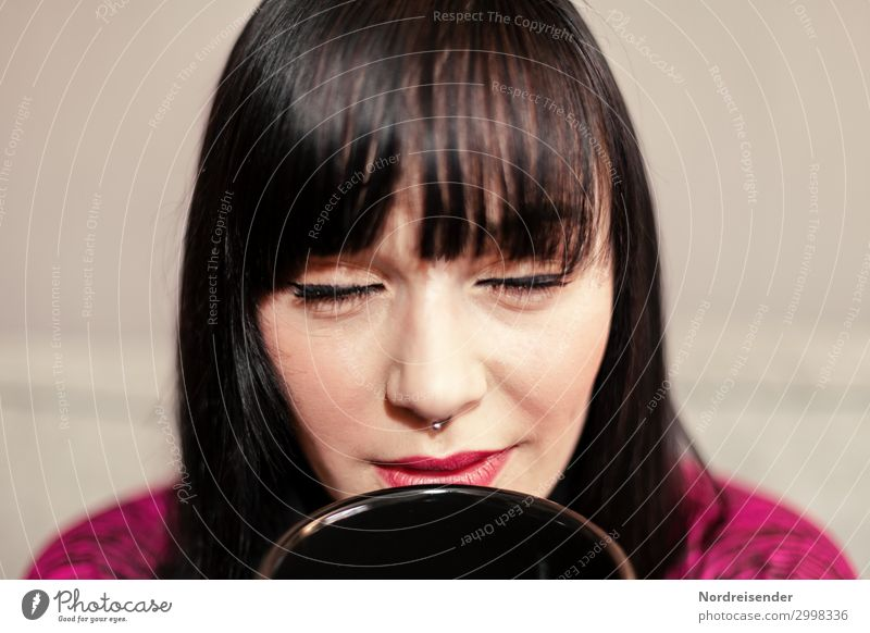 Robbin trinken Heißgetränk Kaffee Tee Tasse Lifestyle Schminke harmonisch Wohlgefühl Sinnesorgane Erholung ruhig Meditation Arbeitsplatz Büro Mensch feminin