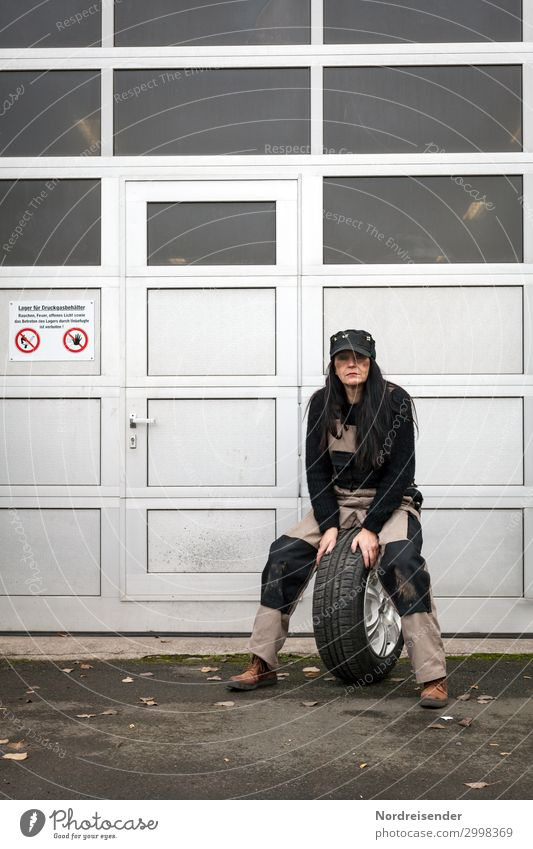 Reifenwechsel Arbeit & Erwerbstätigkeit Arbeitsplatz Handwerker Beruf Wirtschaft Güterverkehr & Logistik Dienstleistungsgewerbe Mittelstand Mensch Frau feminin