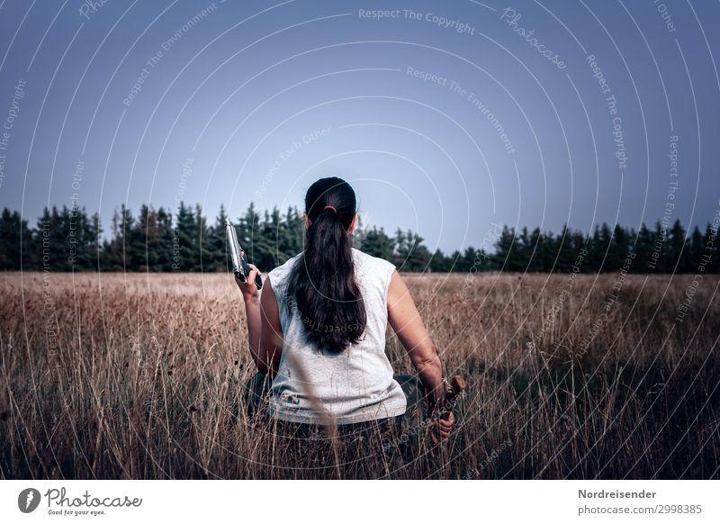 Spannung Jagd Abenteuer Axt Mensch feminin Junge Frau Jugendliche Erwachsene Wolkenloser Himmel Gras Wiese Wald T-Shirt Haare & Frisuren schwarzhaarig