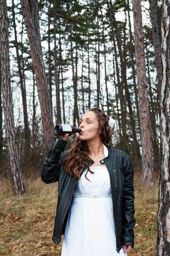 Bikerbraut Frau Mensch Jugendliche Junge Frau Baum Freude Wald 18-30 Jahre Lifestyle Erwachsene Leben feminin Feste & Feiern Stil frisch Fröhlichkeit