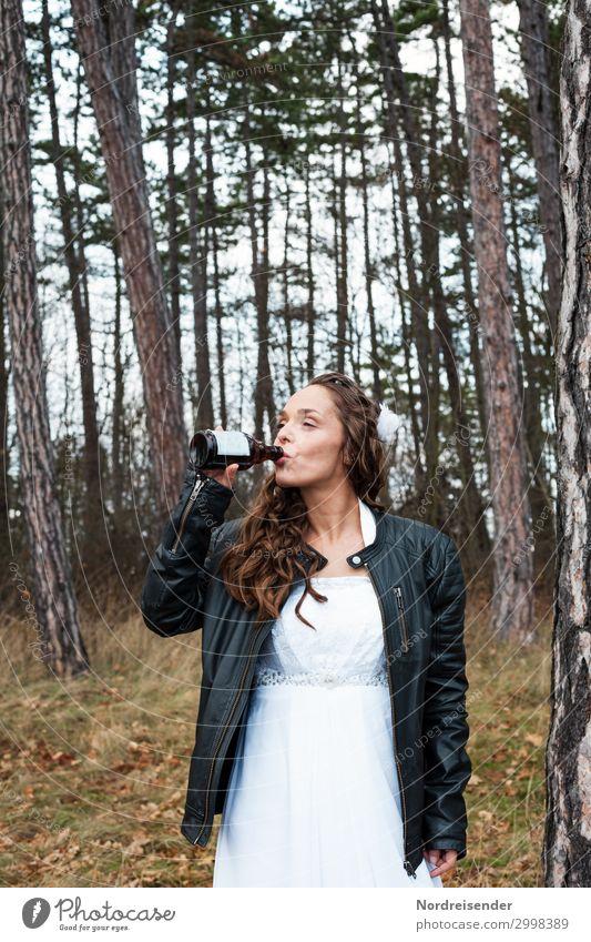 Bikerbraut Getränk trinken Bier Flasche Lifestyle Stil Feste & Feiern Hochzeit Mensch feminin Junge Frau Jugendliche Erwachsene Leben 1 18-30 Jahre 30-45 Jahre