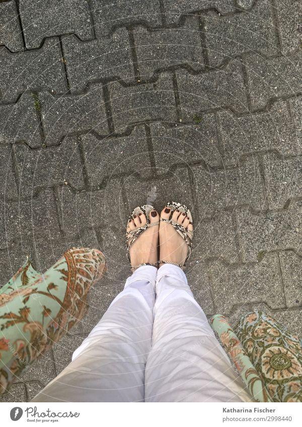 Streetwear Hose Schuhe stehen braun grau grün rot schwarz türkis weiß Fuß Nagellack Straße Bodenbelag Beine Umhang Stoff Jeanshose Jeansstoff Farbfoto