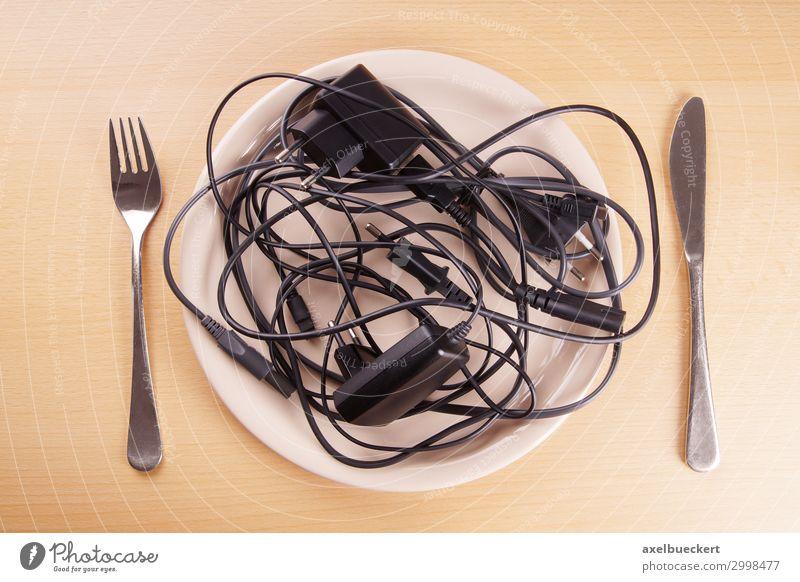 Kabelsalat Tisch lustig chaotisch skurril Surrealismus Humor ladekabel Teller Besteck Technik & Technologie Ärger Essen Diät durcheinander Knoten Tafelmesser
