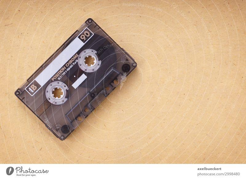 Kassette auf Vintage-Papier Musik Technik & Technologie Medien hören alt retro Musikkassette altmodisch Objektfotografie blanko klassisch Klang analog