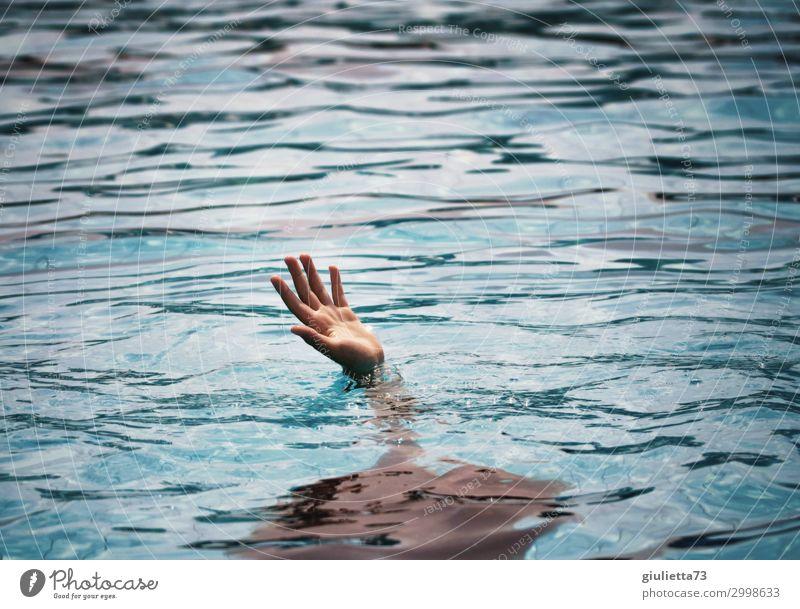 Please, send help !! Junge Kindheit 1 Mensch 8-13 Jahre Wasser Sommer Meer See Angst Tod unschuldig Verzweiflung Hilferuf Hilfesuchend Rettung Hoffnung
