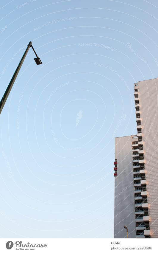 Laterne vs. Hochhaus blau Stadt Haus Einsamkeit Architektur kalt Business Stein Fassade grau Häusliches Leben Metall Energiewirtschaft Glas Schönes Wetter