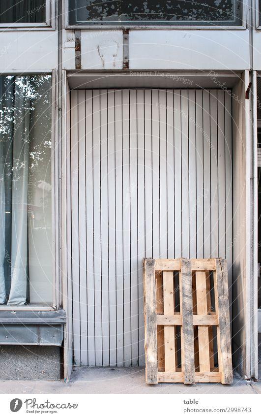 Palette an Tür Stadt ruhig Fenster Holz Wand Gebäude Mauer braun Fassade grau Arbeit & Erwerbstätigkeit Metall Glas Ordnung stehen