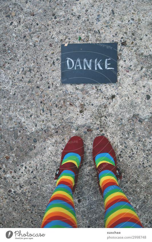 danke danke schön danken Mitteilung Botschaft dankbar Wertschätzung Zusammensein Fürsorge Straße Asphalt Tafel Kreide Schrift Wort Frau weiblich Damenschuhe