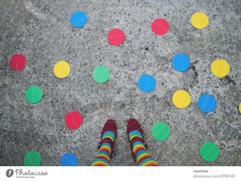 buntes allerlei Beine Fuß weiblich Straße Asphalt mehrfarbig Punkt rund skurril seltsam außergewöhnlich Symbole & Metaphern gestreift gepunktet rot gelb grün
