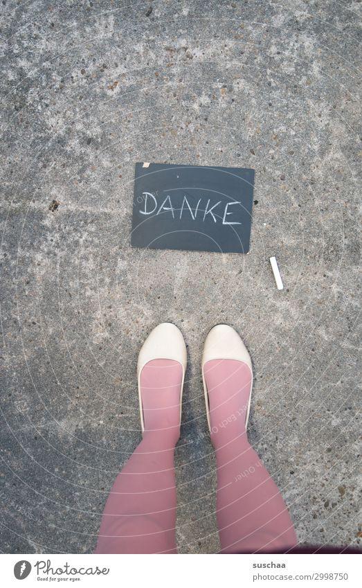 .. dankeschön Frau Beine Füße Schuhe Ballerinas Straße Asphalt stehen weiblich rosa Tafel danke schön Wort Schrift Text Buchstaben danken dankbar Freude