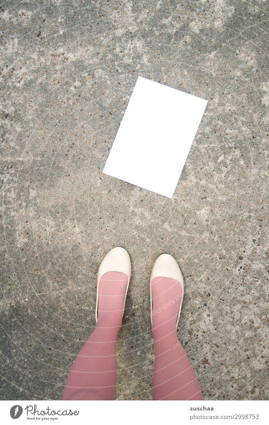 mitteilung Mitteilung Brief Schreibpapier leer leere Seite Papier weiß Textfreiraum Straße Frau Beine weiblich ohne Text Information Kommunikation