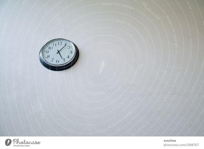 kurz nach fünf Pause Zeit Abend Feierabend Hintergrund neutral einfach sehr wenige Textfreiraum Uhr Wanduhr Uhrenzeiger Zeitangabe Tageszeit Stress Zeitplanung