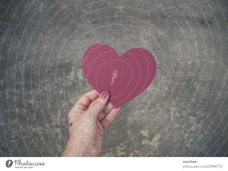 herzlich Herz rot Liebe Freundschaft Mitgefühl Geschenk Valentinstag Verbundenheit Hand Frau weiblich Straße Asphalt Mitteilung Botschaft Weltfrieden Hippie