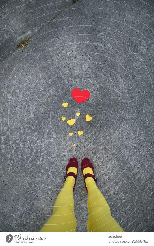 liebe(s) grüße Frau rot Straße Beine gelb Liebe Fuß Freundschaft Herz viele Asphalt Konzepte & Themen skurril Mitteilung Verbundenheit Mitgefühl