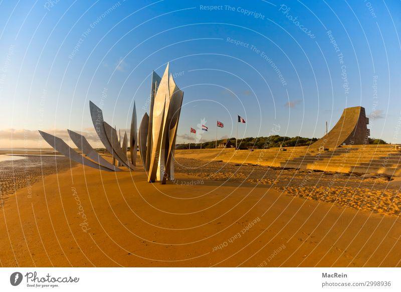 """Skulptur """"Les Braves"""" Normandie Strand Meer Sand Wahrzeichen Denkmal bedrohlich Bekanntheit dunkel gruselig gelb gold Tod Krieg Kriegerdenkmal Omaha Beach"""