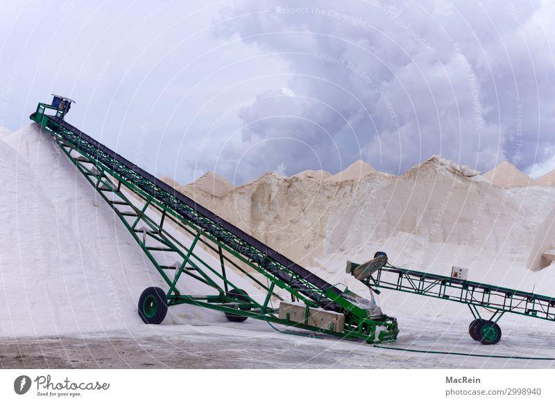 Salinenhalde Arbeitsplatz Wirtschaft Landwirtschaft Forstwirtschaft Industrie Handel Handwerk weiß Förderband Salz Halde Bergbau Farbfoto Außenaufnahme