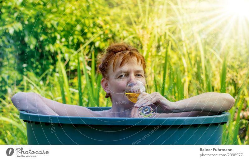 eine Frau badet in einer Regentonne Mensch Ferien & Urlaub & Reisen Natur nackt Sommer Sonne Erholung ruhig Erwachsene natürlich feminin Garten Kopf