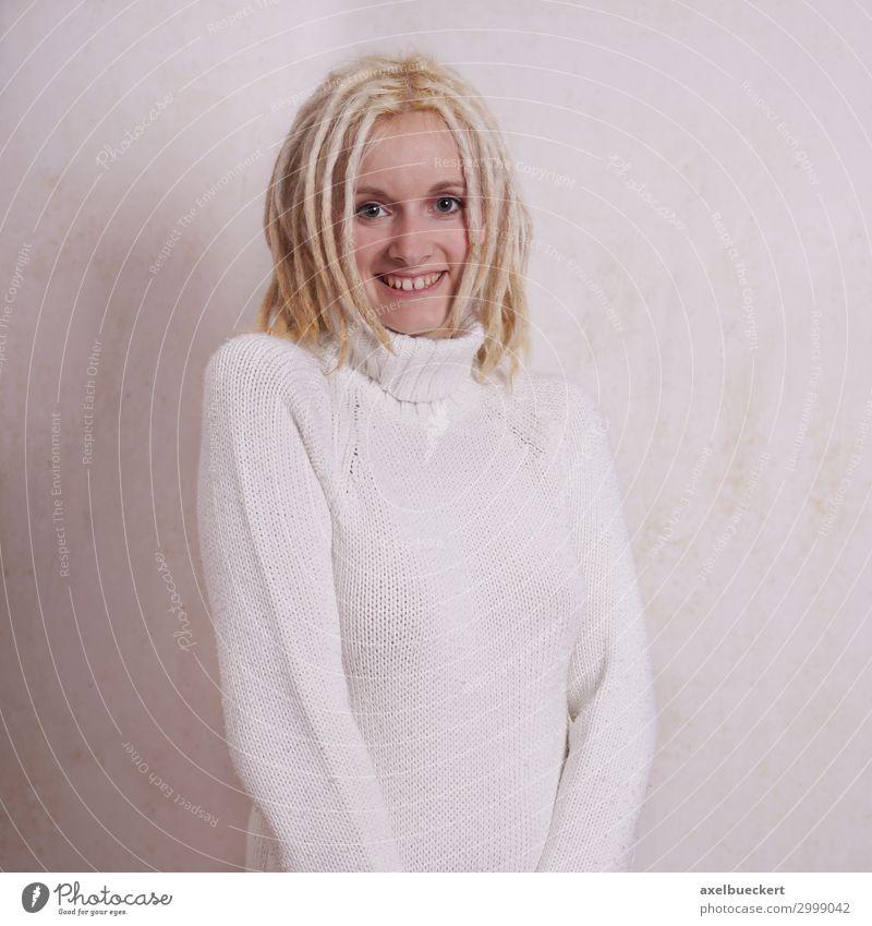 junge Frau mit blonden Dreadlocks Haare & Frisuren Rastalocken Subkultur Lifestyle Mensch feminin Junge Frau Jugendliche Erwachsene 1 18-30 Jahre Mode Pullover