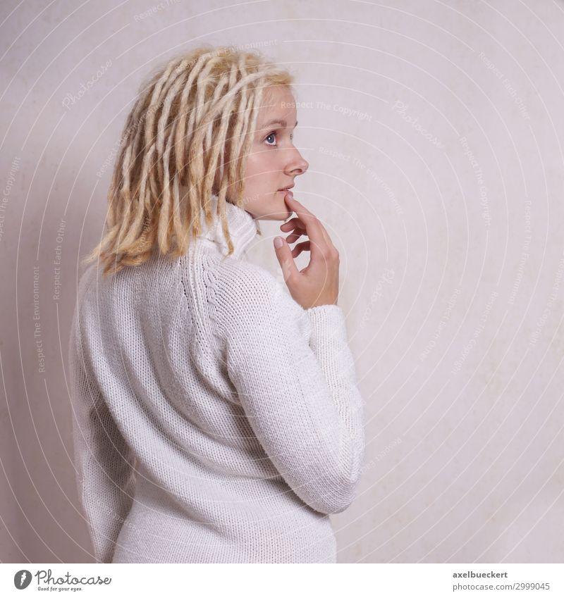 nachdenkliche Frau mit blonden Dreadlocks Lifestyle Mensch feminin Junge Frau Jugendliche Erwachsene 1 18-30 Jahre Subkultur Pullover Haare & Frisuren