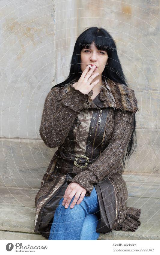 junge Frau raucht Zigarette Lifestyle Gesundheit Rauchen Erholung Freizeit & Hobby Mensch feminin Junge Frau Jugendliche Erwachsene 1 18-30 Jahre 30-45 Jahre