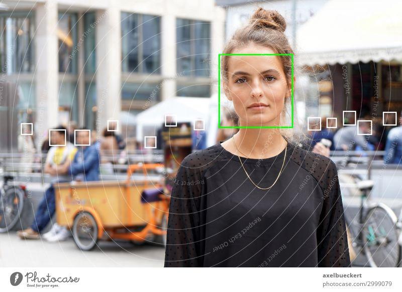 Gesichtserkennung von junger Frau in der Menschenmenge Künstliche Intelligenz Überwachung Technik & Technologie Software Wissenschaften Fortschritt Zukunft