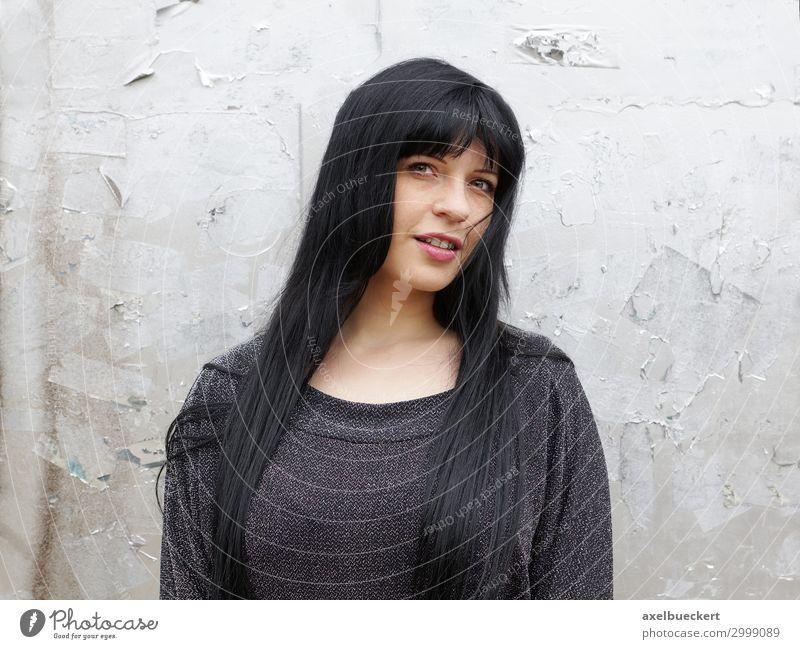 junge Frau mit langen schwarzen Haaren Lifestyle Mensch feminin Junge Frau Jugendliche Erwachsene 1 18-30 Jahre Mauer Wand Pullover schwarzhaarig langhaarig