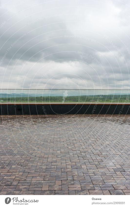 Brüstungspanorama Platz Geländer Glas Glasbrüstung Pflastersteine Landschaft Aussicht Panorama (Aussicht) Wolken bedeckt nass Regen Regenwasser