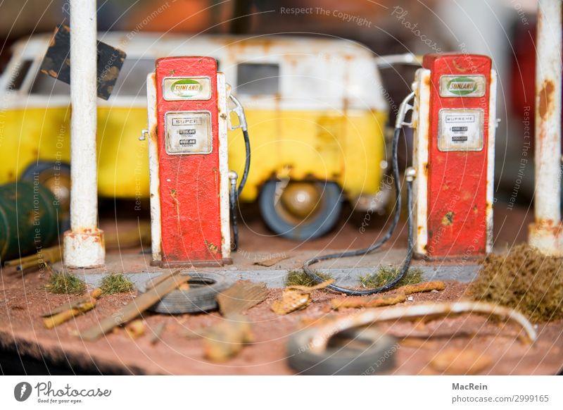 Modellwerkstatt Verkehr Verkehrsmittel Autofahren Fahrzeug PKW Spielzeug Metall Zeichen Verkehrszeichen kaputt klein retro gelb rot Idee Identität Leidenschaft