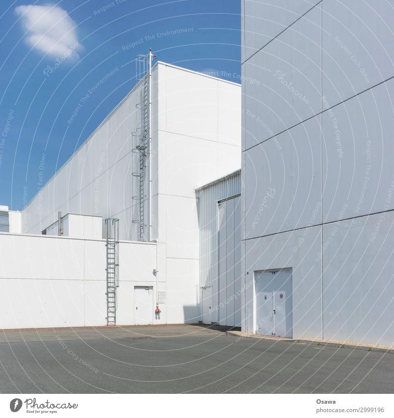 Weißblau Menschenleer Haus Fabrik Bauwerk Gebäude Architektur Halle Lagerhalle Werkhof Treppe Fassade Tür Leiter Feuerleiter Ordnungsliebe Reinlichkeit