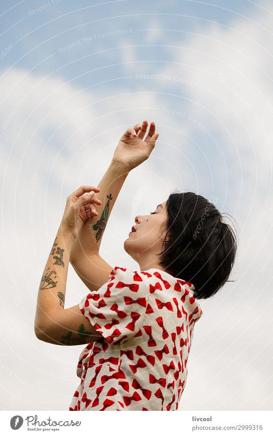Frau, die von den Wolken träumt. Lifestyle Stil schön Sommer Garten Mensch feminin Junge Frau Jugendliche Erwachsene Kopf Haare & Frisuren Gesicht Arme Hand 1