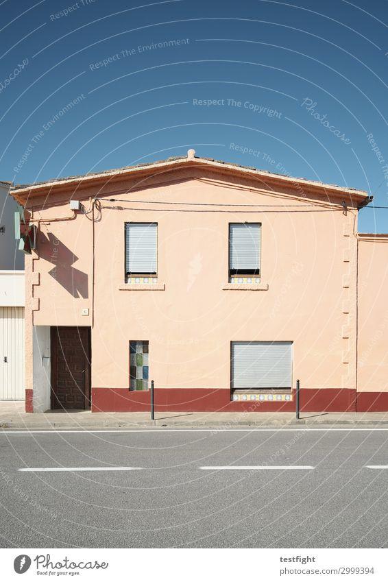häuser Himmel Sonne Sommer Kleinstadt Stadt Haus Einfamilienhaus Bauwerk Gebäude Architektur Mauer Wand Fenster Tür Verkehrswege Straße alt trist Rollladen