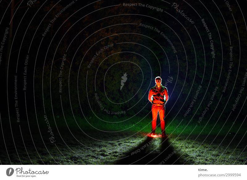 red man standing (II) dunkel Wiese Kunst stehen Kreativität Abenteuer warten Idee Wandel & Veränderung festhalten Hose Konzentration gruselig Theaterschauspiel