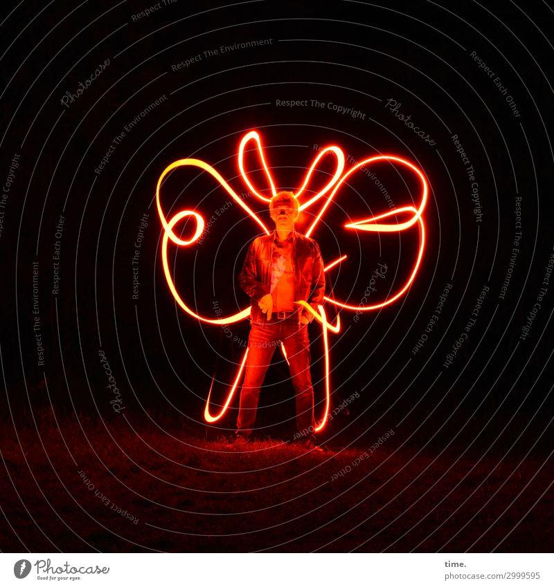red man standing (I) Kunst Theaterschauspiel Lichtkunst Wiese Hose Jacke kurzhaarig stehen warten dunkel gruselig Willensstärke Ausdauer standhaft Abenteuer