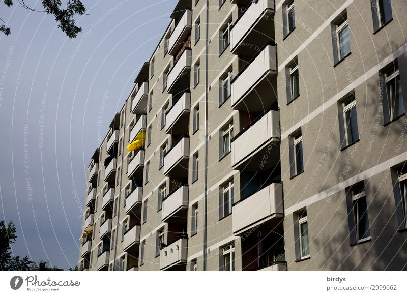 Farbklecks Häusliches Leben Wohnung Haus Himmel Gewitterwolken Stadt Menschenleer Fassade Balkon Fenster Sonnenschirm authentisch dunkel einzigartig trist gelb