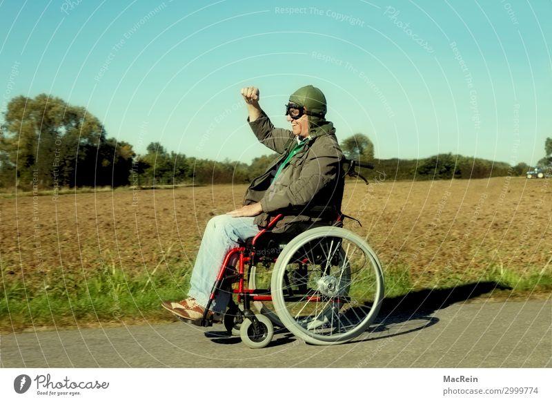 Rollstuhlfahrer Mensch maskulin Männlicher Senior Mann 60 und älter Fußgänger Bekleidung Hose Jacke Mütze fahren alt frech Fröhlichkeit positiv verrückt
