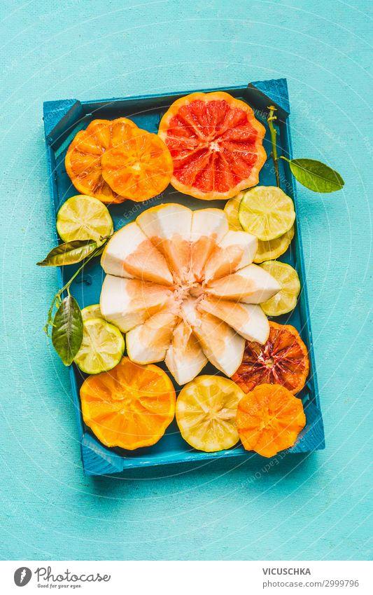 Verschiedene bunte Zitrusfrüchte mit grünen Blättern . Lebensmittel Frucht Orange Ernährung Bioprodukte Diät Saft Lifestyle Stil Gesunde Ernährung gelb Design