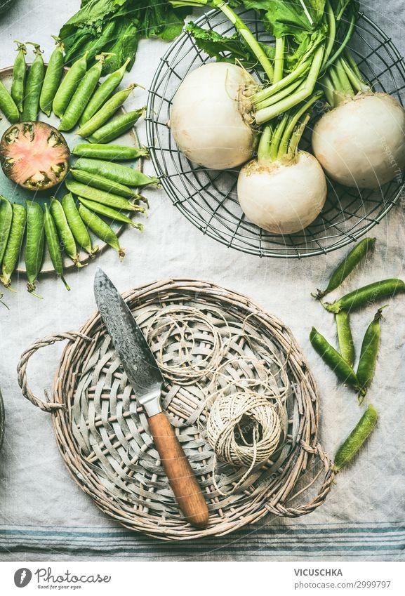 Frischgemüse auf Küchentisch mit Messer Lebensmittel Gemüse Ernährung Bioprodukte Vegetarische Ernährung Diät Geschirr Lifestyle Design Gesunde Ernährung
