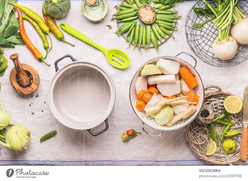 Auswahl an saisonal Gemüse auf Küchentisch Lebensmittel Suppe Eintopf Kräuter & Gewürze Ernährung Bioprodukte Vegetarische Ernährung Diät Geschirr Topf kaufen