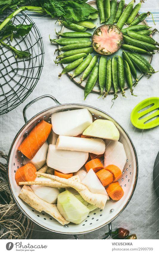 Weißes Sieb mit frischem Gemüse Lebensmittel Suppe Eintopf Ernährung Mittagessen Bioprodukte Vegetarische Ernährung Diät Geschirr Stil Gesunde Ernährung Tisch