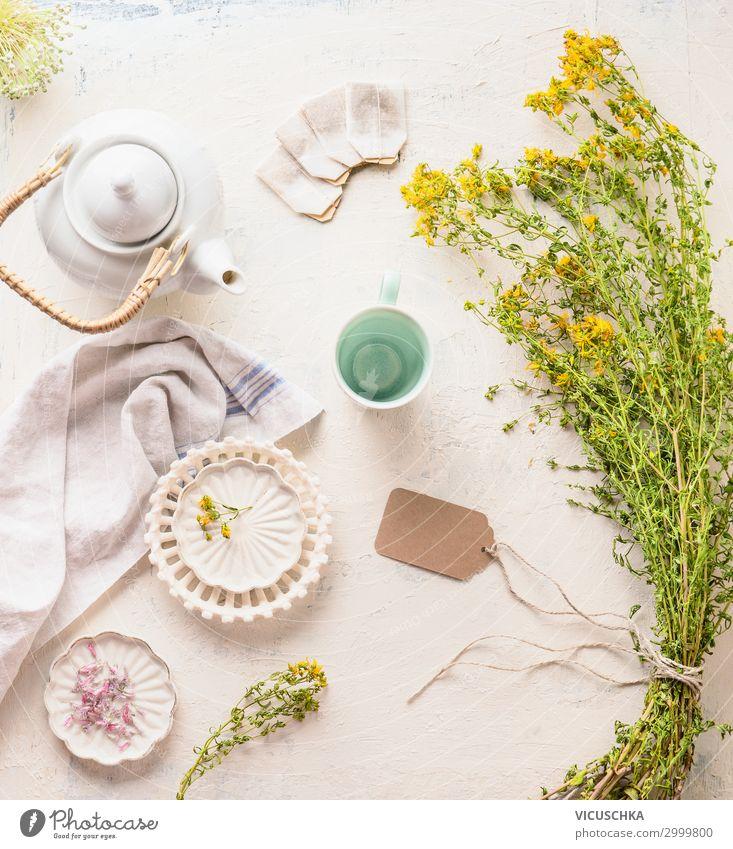 Weiße Teekanne , Tasse und Teebeuteln mit Kräutertee Lebensmittel Kräuter & Gewürze Getränk Heißgetränk Stil Design Gesundheit Gesundheitswesen Behandlung