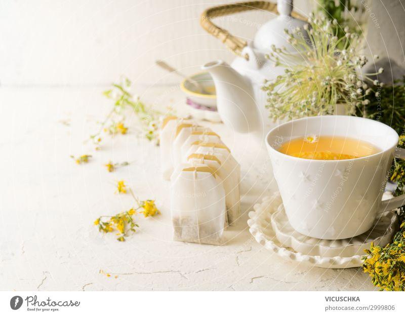 Tee Tasse mit Kräutertee Teebeuteln Lebensmittel Ernährung Frühstück Getränk Heißgetränk Stil Design Gesunde Ernährung Häusliches Leben Blüte gelb