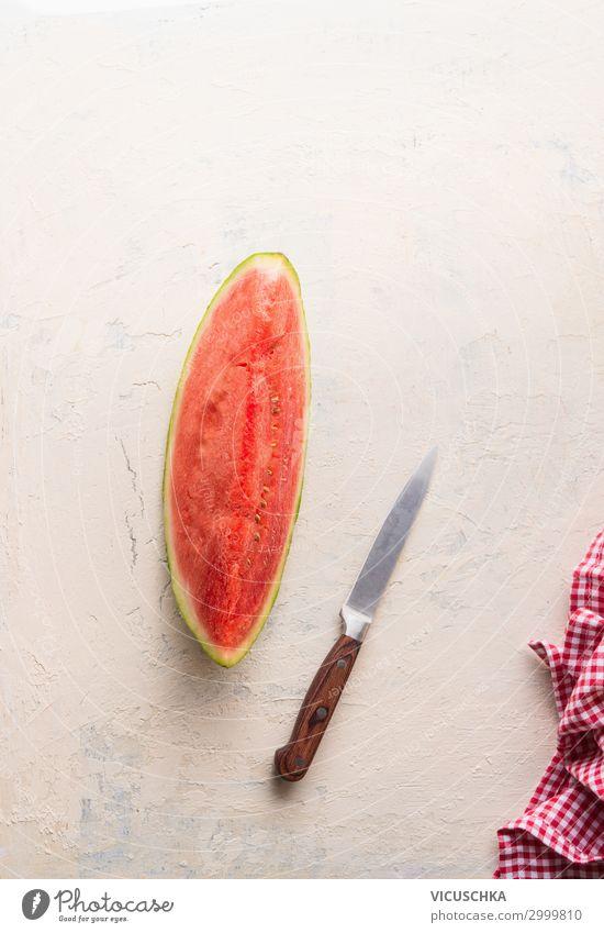 Stück Wassermelone auf weißem Tisch mit Messer Gesunde Ernährung Sommer Foodfotografie Lebensmittel Essen Hintergrundbild Frucht Design Teile u. Stücke