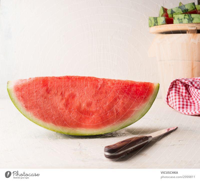 Ein Stück Wassermelone mit Messer Lebensmittel Frucht Dessert Ernährung Bioprodukte Stil Gesunde Ernährung Sommer Design Snack Hintergrundbild Tisch weiß
