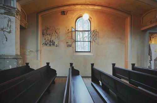 Alte Kirche Innenarchitektur Kirchenbank Kirchenfenster Lampe Wand Holz Glas Metall leuchten alt dunkel demütig Hoffnung Religion & Glaube leuchtende Farben